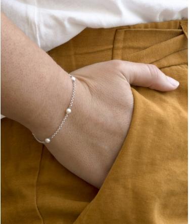 Pulsera plata con bolitas y perlas